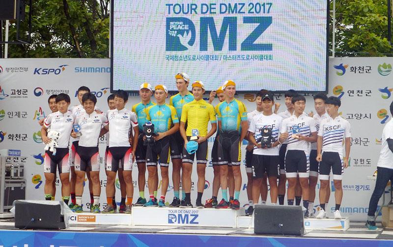 団体総合2位の表彰を受ける日本チーム