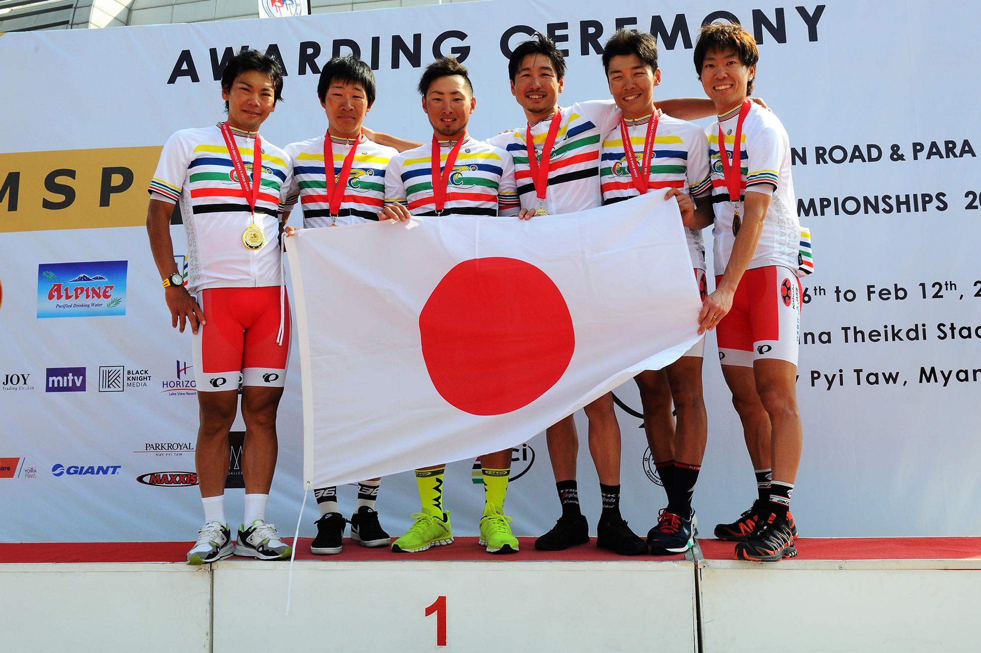 チャンピオンジャージに身を包み、喜びの笑みを見せる日本チーム。左から新城・松田・山本・別府・小野寺・畑中。Photo/Miwa IIJIMA