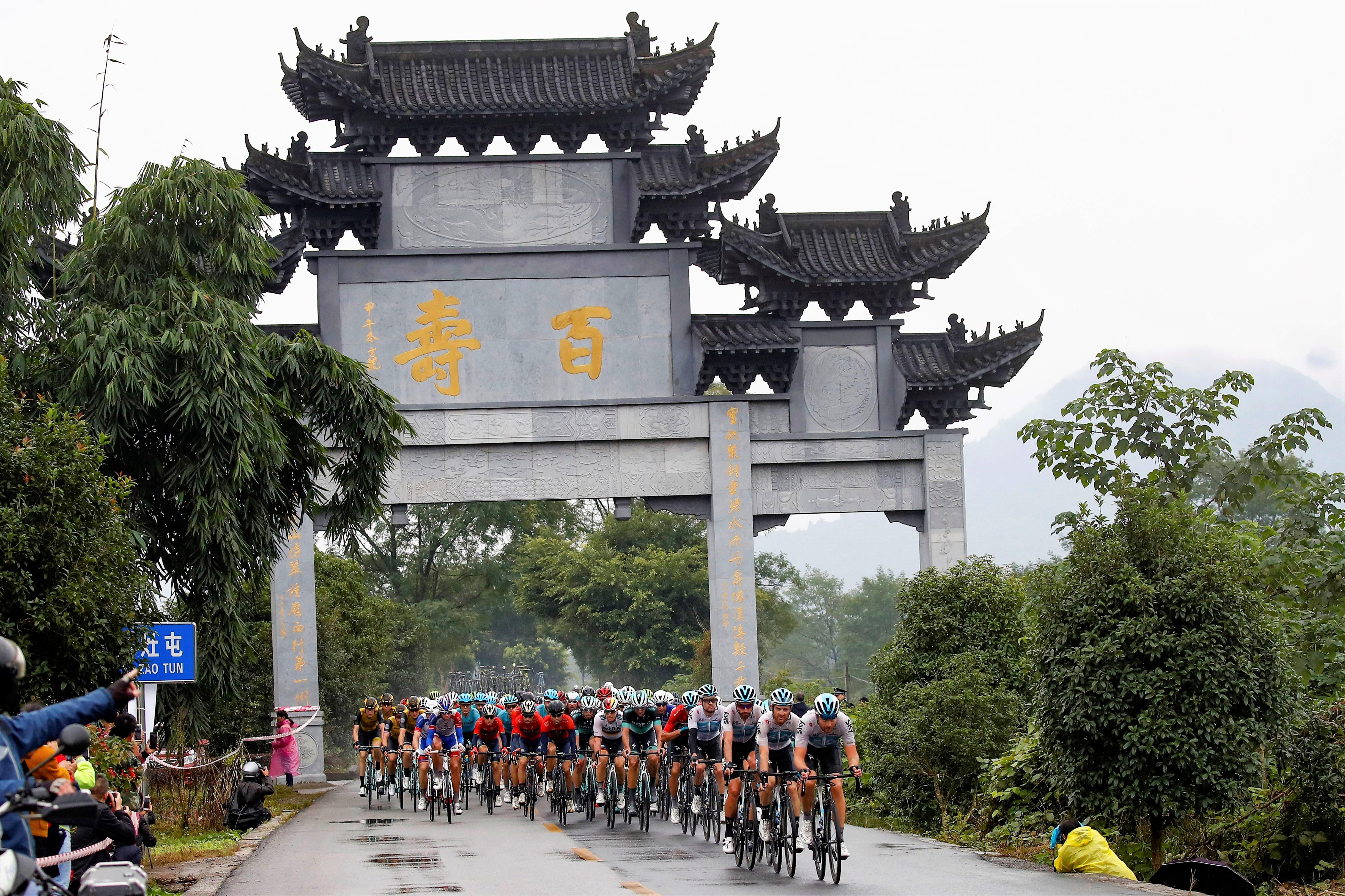 中国ならではの景色の中を行く集団。バーレーンメリダもまとまって走る姿が確認できる